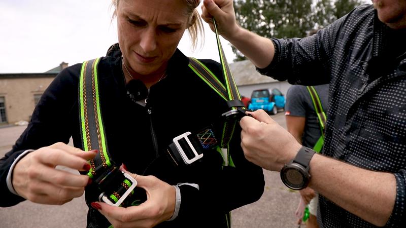 Erica Johansson gör sig redo för att klättra i mast