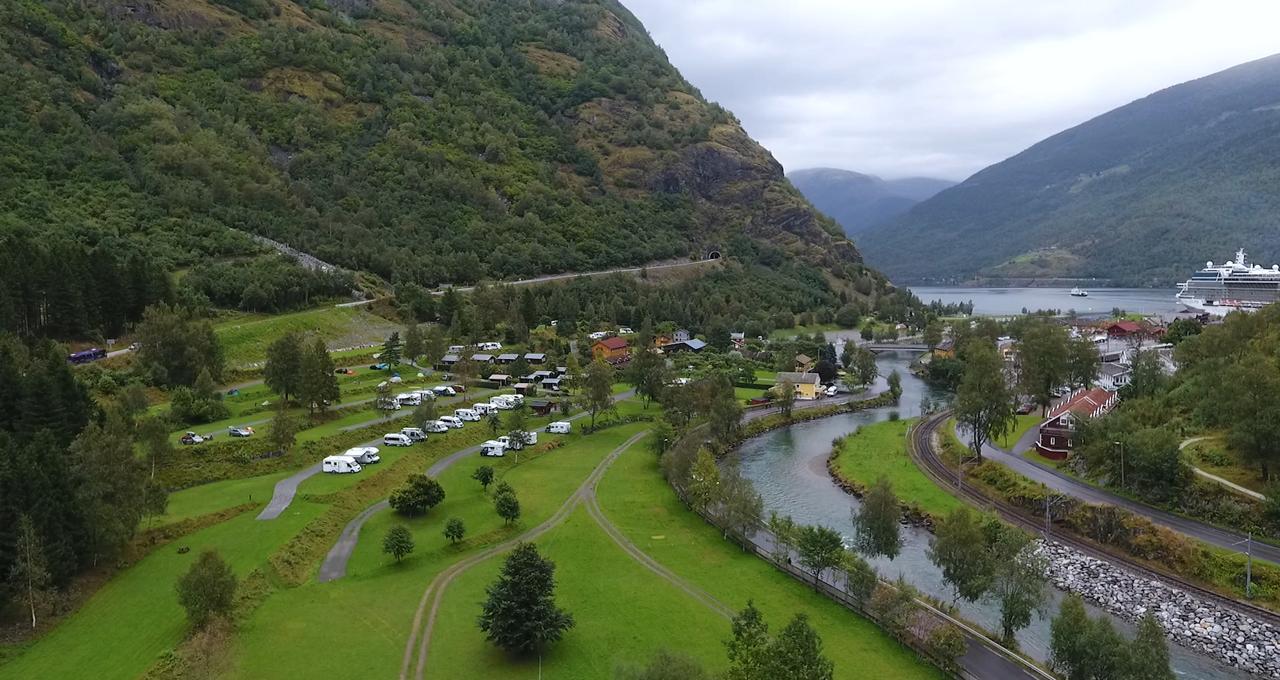 Vacker fjord nära Flåmsbanan och Vøringsfossen